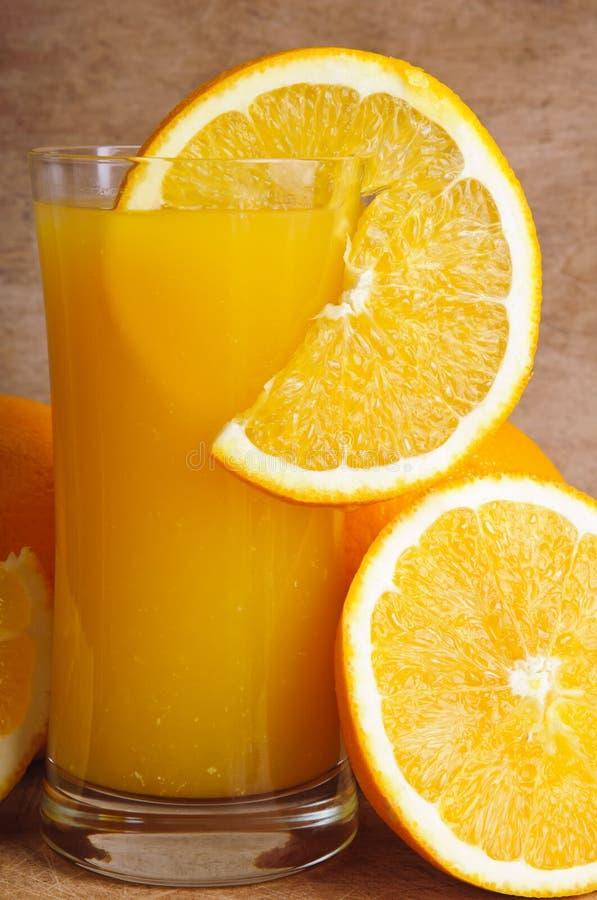 Spremuta e fetta fresche di arancio immagine stock libera da diritti