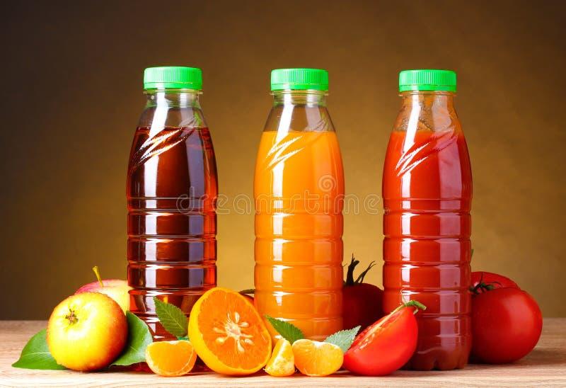 Spremute e frutta differenti sopra fotografia stock
