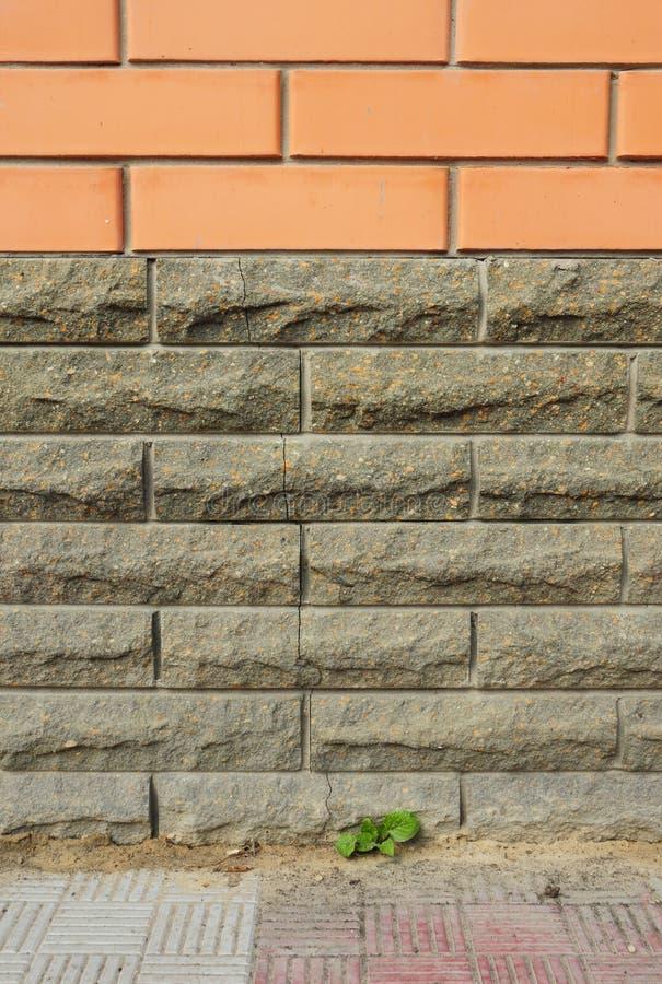 Spricka för vägg för tegelstenhusfundament arkivbild