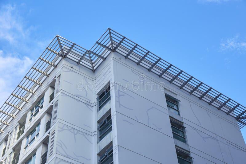 Spricka på byggnad med blå himmel royaltyfria bilder