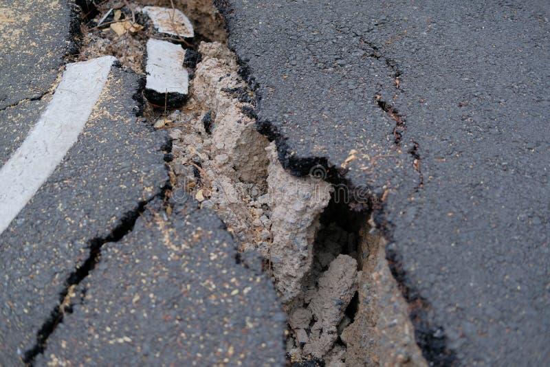 spricka på den lantliga vägen för asphault skadad kollapsad gata arkivbilder