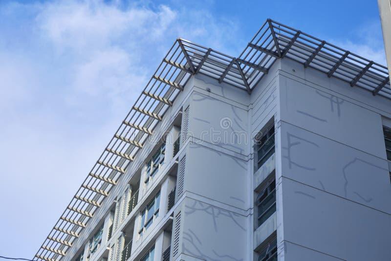 Spricka p? byggnad med bl? himmel royaltyfri foto