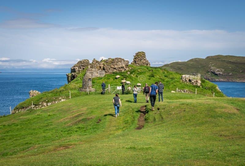 Sprickade urklippsruiner av medeltida slott, tidigare säte för Clan MacDonald, övergivna 1739 arkivbild