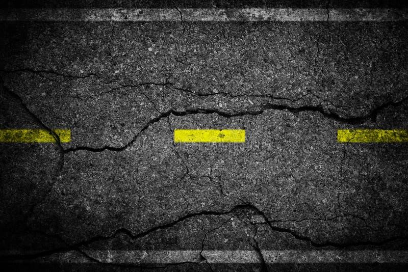 Sprickor asfalterar på den gula linjen som delar gränder arkivfoto