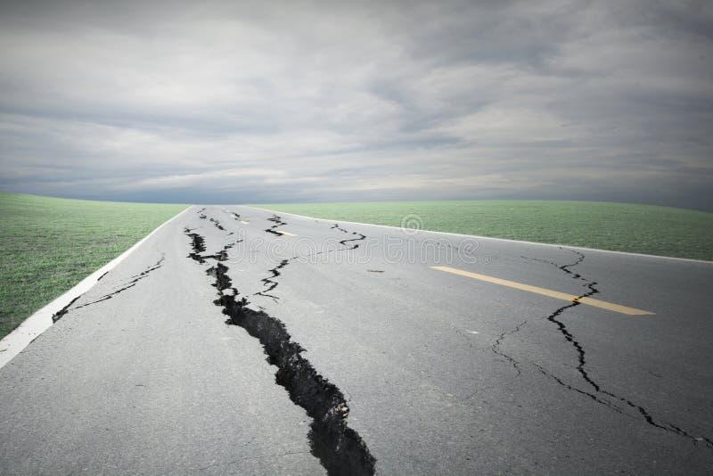 Sprickor för asfaltväg och kollapsat arkivfoton