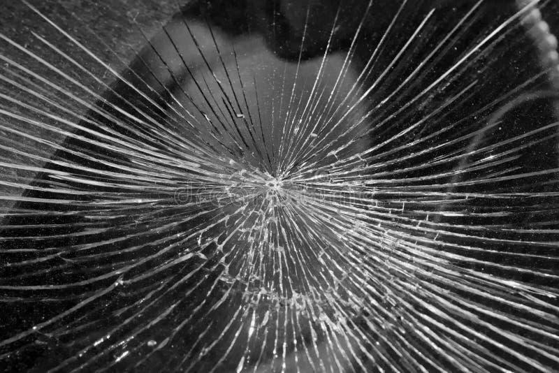 Sprickor från inverkan på vindrutan av bilen royaltyfri fotografi