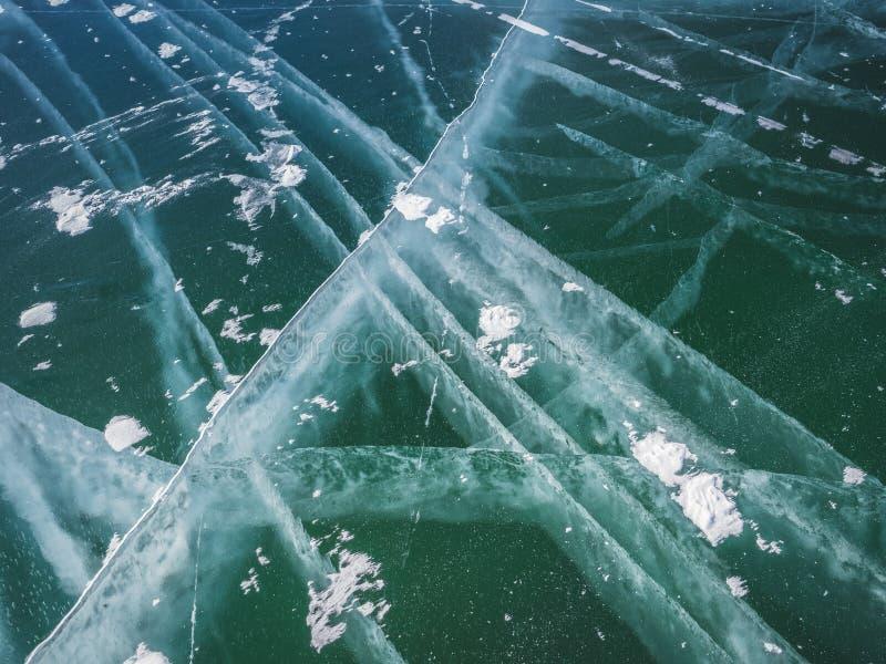 Sprickor i tjockt fast lager av is av en djupfryst Baikal sj? i Sibirien arkivbilder