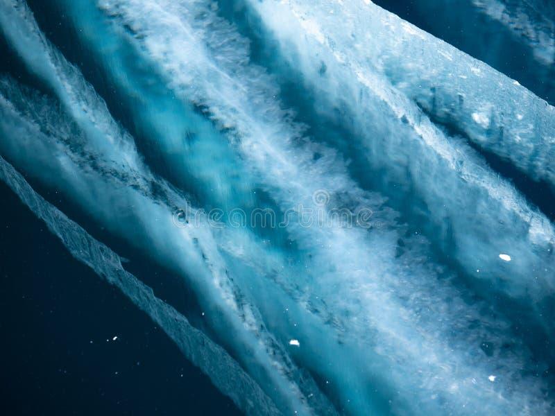 Sprickor i tjockt fast lager av is av en djupfryst Baikal sj? i Sibirien arkivfoto