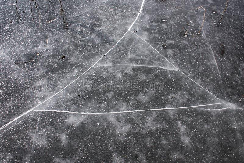 Sprickor på isen på sjön fotografering för bildbyråer
