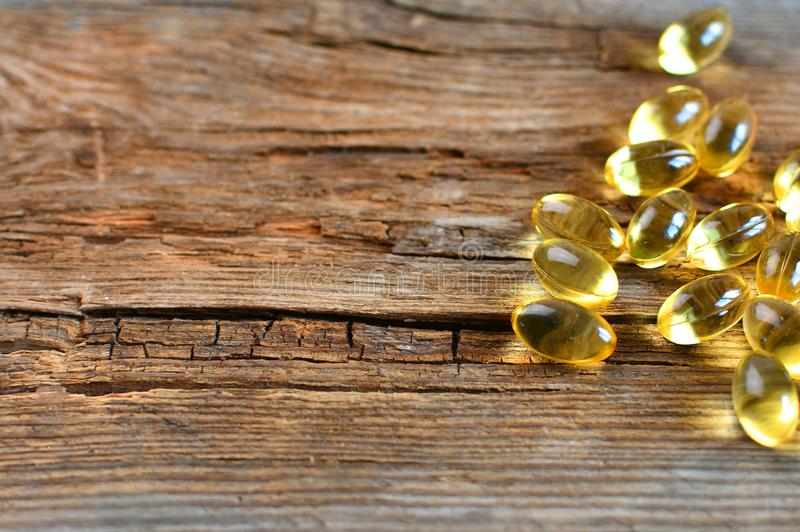 Spridd omega 3 vitaminkapslar närbild, makro royaltyfria bilder