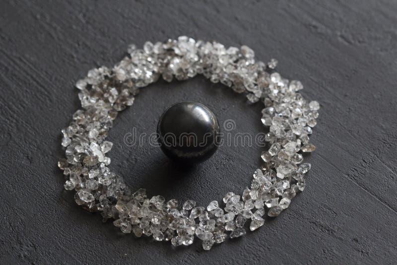 Spridda diamanter p? en svart bakgrund R? diamanter och bryta, en spridning av naturliga diamantstenar Grafitkvarts royaltyfri foto