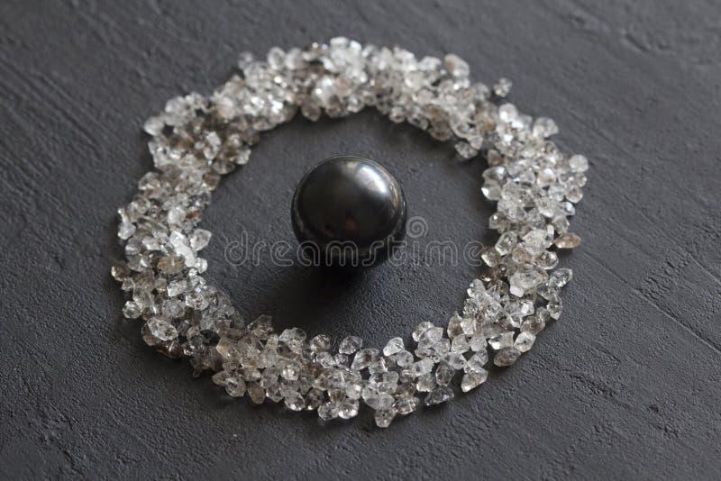 Spridda diamanter p? en svart bakgrund R? diamanter och bryta, en spridning av naturliga diamantstenar Grafitkvarts arkivbild