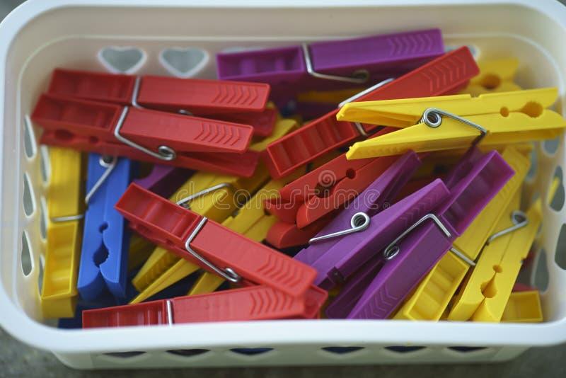 Spridda färgrika plast- klädnypor arkivfoto