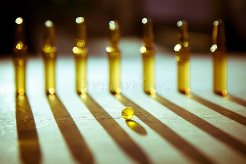 Spridda minnestavlor, preventivpillerar, ampuller för injektion på träbackg arkivfoton