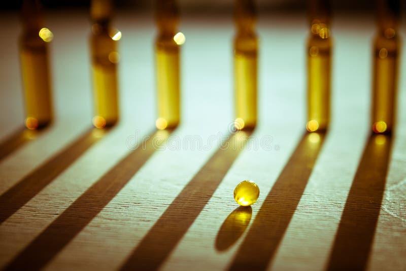 Spridda minnestavlor, preventivpillerar, ampuller för injektion på träbackg royaltyfria bilder