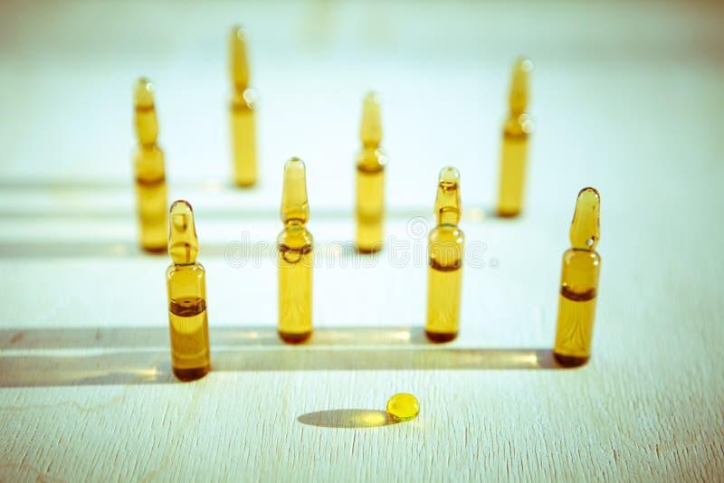 Spridda minnestavlor, preventivpillerar, ampuller för injektion på träbakgrund royaltyfri foto