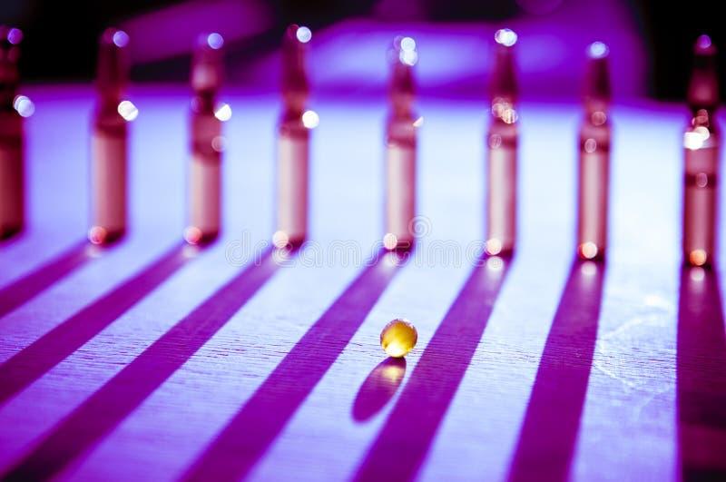 Spridda minnestavlor, preventivpillerar, ampuller för injektion på träbakgrund arkivfoton