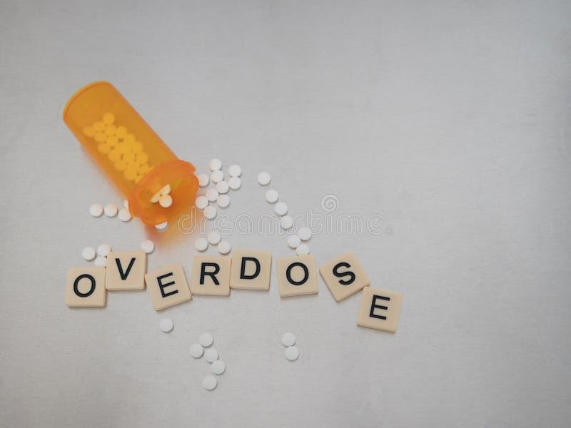 Spridda tegelplattor som stavar överdosen och Oxycodone på rostfri Ste royaltyfria foton