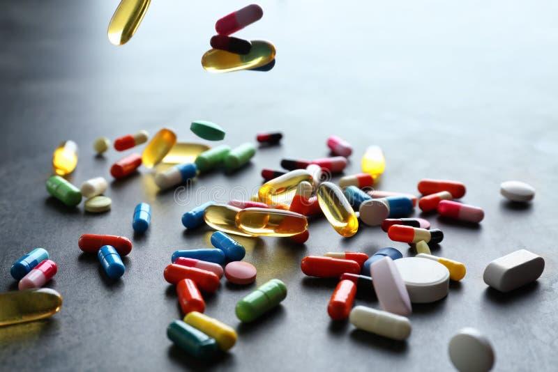 Spridning av färgrika piller på grå bakgrund arkivbild