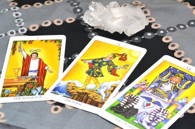 Spridning för kort för tarokkort tre den trollkarlThe Fool The triumfvagnen royaltyfria bilder