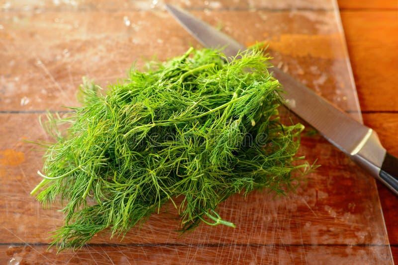 Sprigs świeży zielony koper z wodnymi kroplami na drewnianym stole Selekcyjna ostrość zdjęcia royalty free