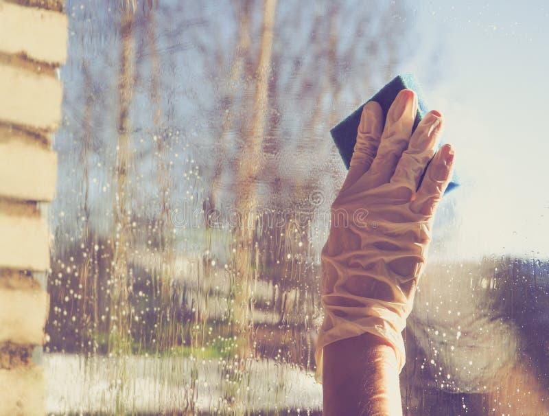 Spring cleaning - fenêtres de nettoyage Les mains du ` s de femmes lavent la fenêtre, nettoyant photographie stock
