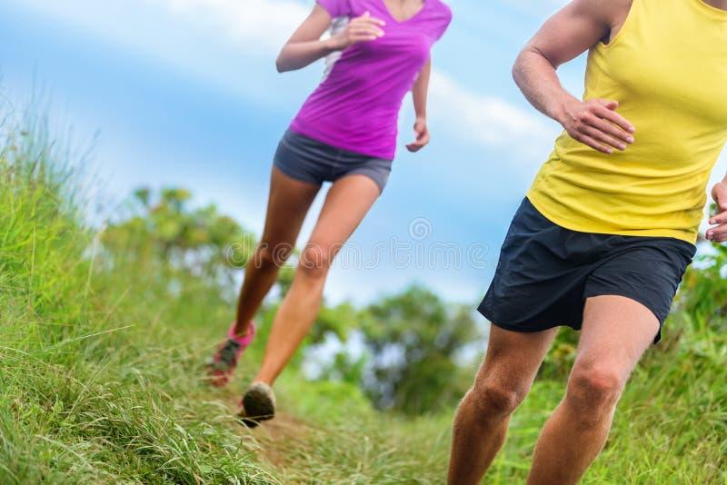 Spring för konditionidrottsman nenslinga - idrotts- ben royaltyfria bilder