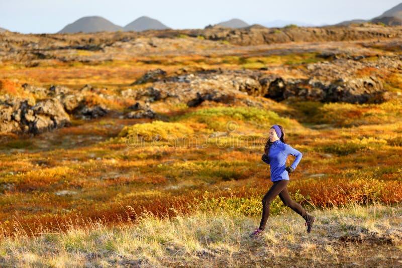 Spring för kvinnaslingalöpare i berglandskap royaltyfri foto