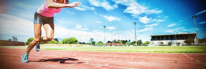 Spring för kvinnlig idrottsman nen på rinnande spår royaltyfria bilder