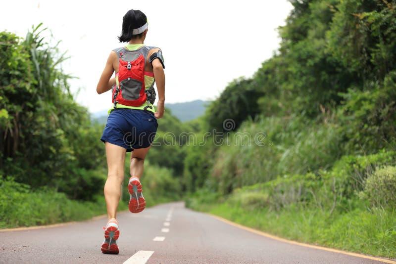 Spring för löpare för konditionkvinnaslinga på slinga royaltyfri foto