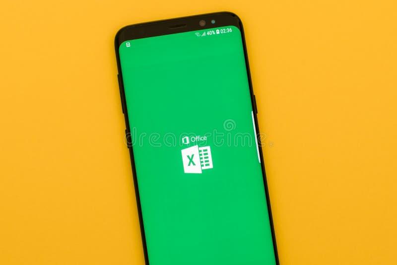 Spring för Microsoft OfficeExcelapplikation på den moderna smartphonen royaltyfria foton