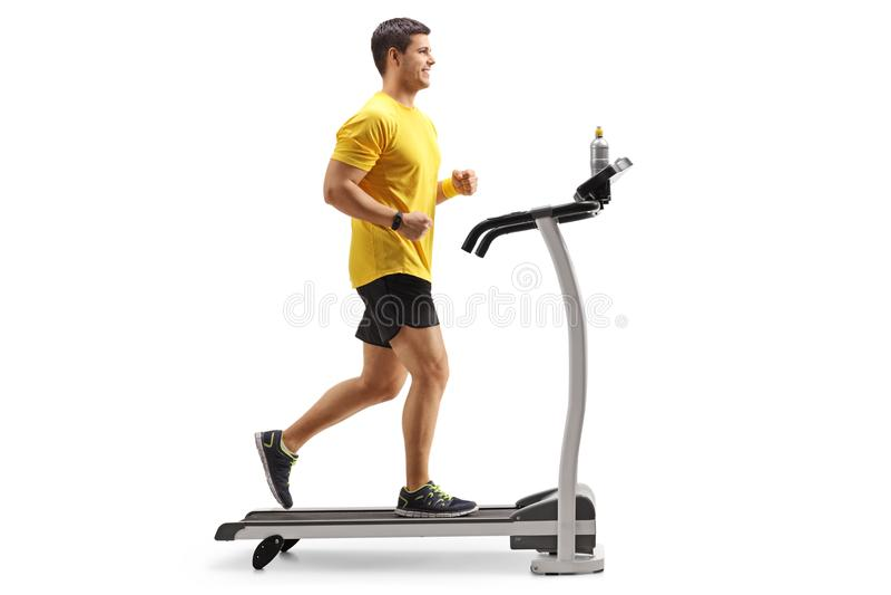 Spring för ung man på en trampkvarn royaltyfri bild