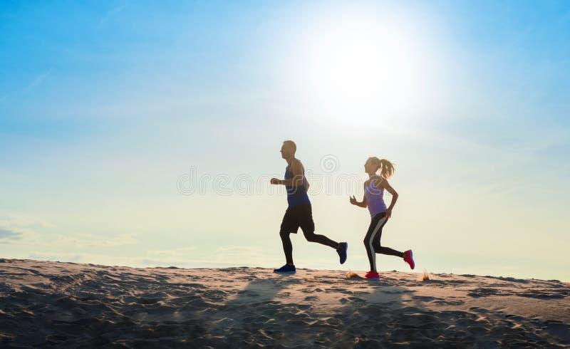 Spring f?r konditionsportpar som utanf?r joggar fotografering för bildbyråer