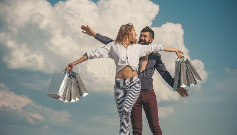 Spring het Winkelen Paar het gelukkige winkelen Het winkelen zakken en verkoop royalty-vrije stock afbeeldingen