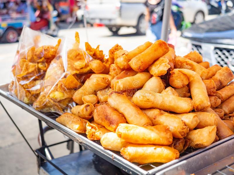 Spring Rolls with vermicelli,In the market Sampeng,Street food Ταϊλάνδη,Sun Shining στοκ εικόνα