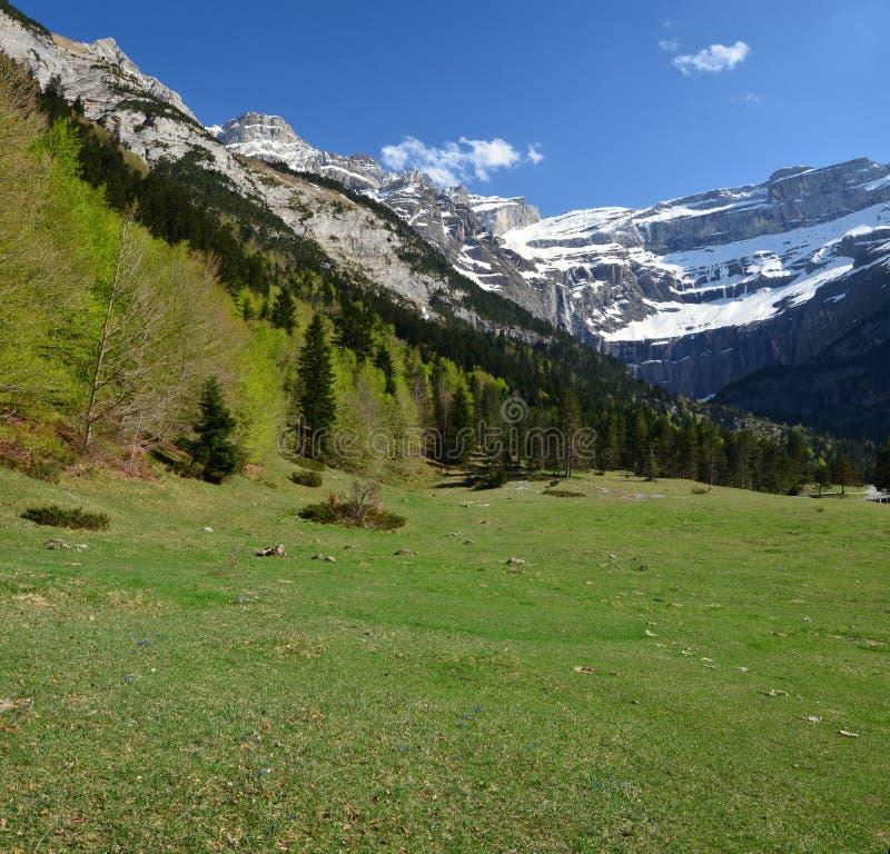 Spring Valley au cirque de Gavarnie dans Pyrénées images libres de droits