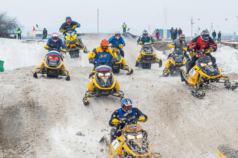 Springa av idrottsmän på snövessla royaltyfria foton
