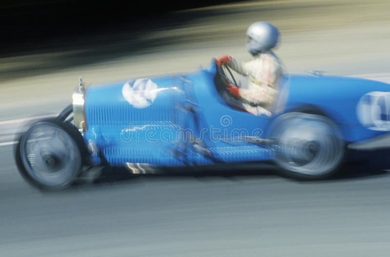 Springa en klassisk Bugatti sportbil på Laguna Seca det klassiska billoppet i Carmel, CA arkivbilder