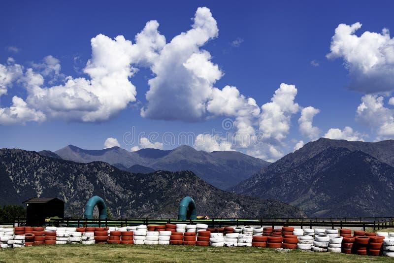 Springa strömkrets som lokaliseras i mitt av bergen royaltyfri bild