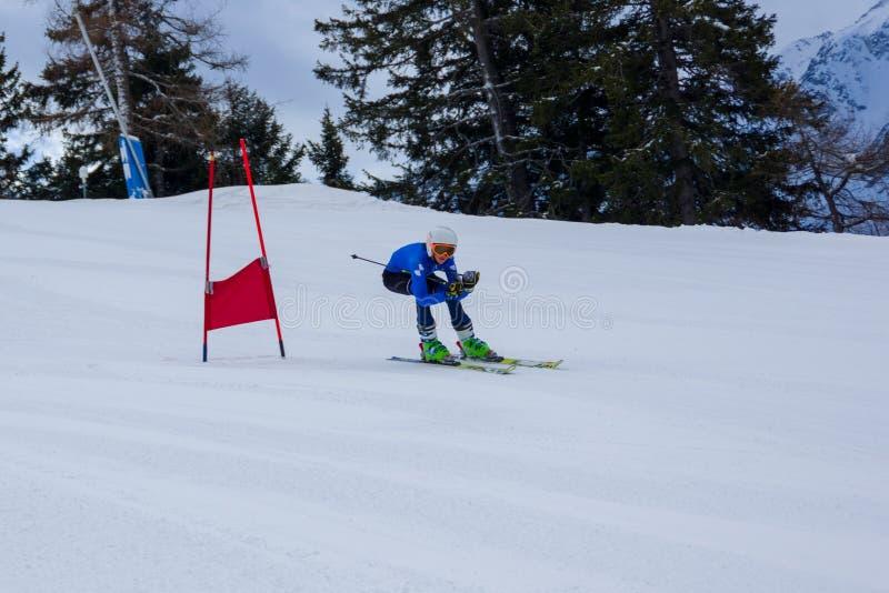 Springa tid, skidåkare går ner kullen, Ponte di Legno royaltyfri fotografi