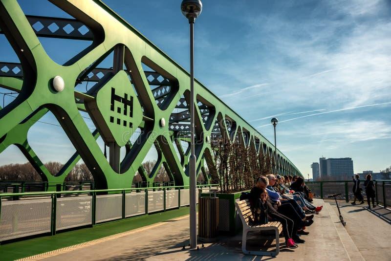 Springbreak auf der alten neuen Brücke in Bratislava lizenzfreie stockfotos