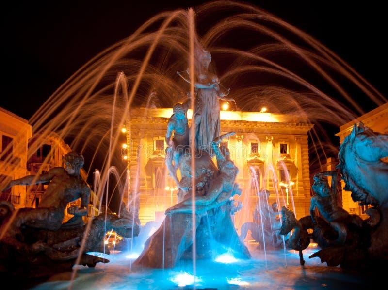 Springbrunn av Diana, Ortigia, Sicilien - natt royaltyfri foto
