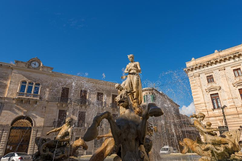 Springbrunn av Diana - Ortigia Syracuse Sicilien Italien arkivbild