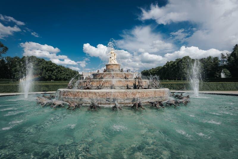 Springbrunn bredvid slottherrenchiemseen royaltyfri foto