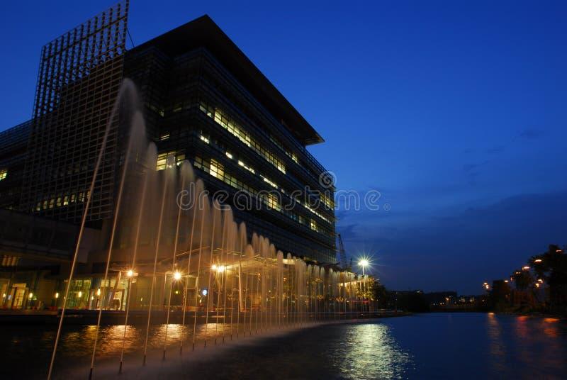 Springbrunn för Hong Kong nattsikt royaltyfria bilder