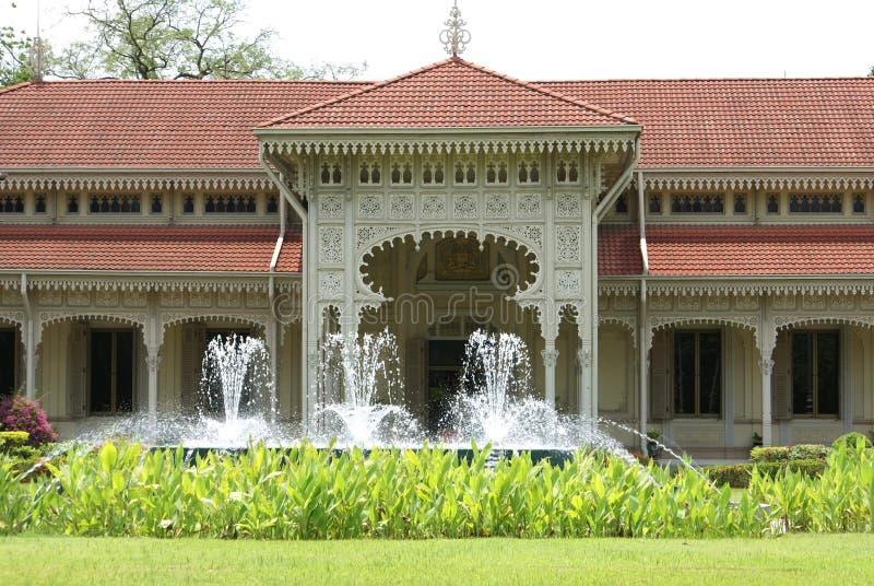 Springbrunn framme av en ingång royaltyfri bild