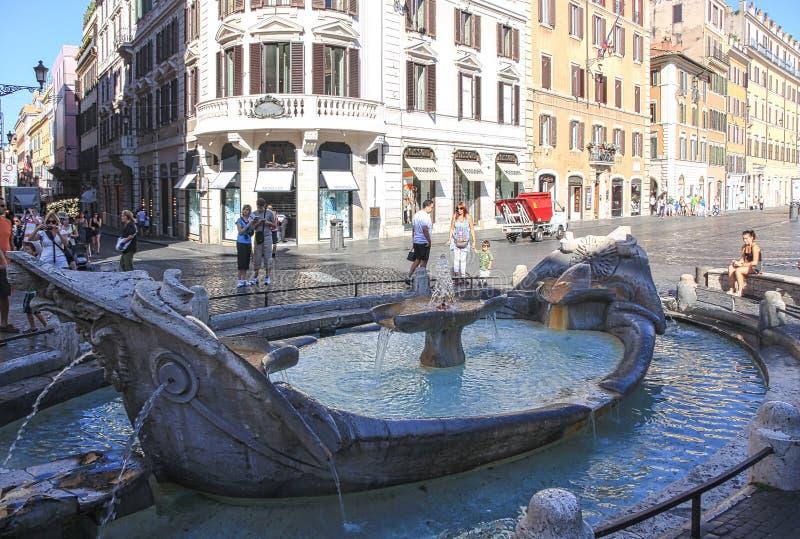 Springbrunn framme av piazza di Spagna Italien royaltyfri fotografi