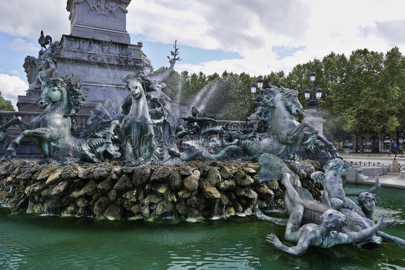 Springbrunn Girondins som lokaliseras på den Qunquonces fyrkanten i Bordeaux, Frankrike arkivfoton