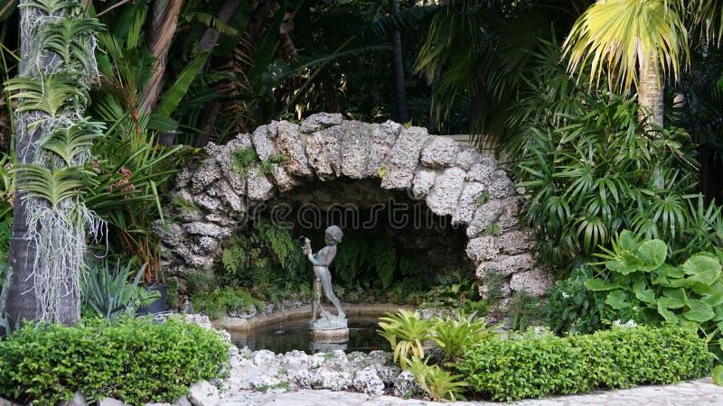 Springbrunn i Ann Norton Sculpture Gardens, West Palm Beach, Florida arkivfoton