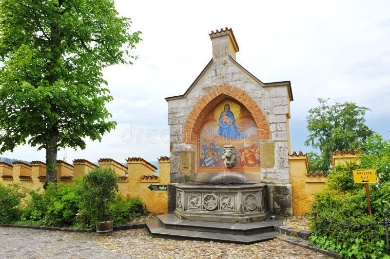Springbrunn i borggården av den Hohenschwangau slotten fotografering för bildbyråer